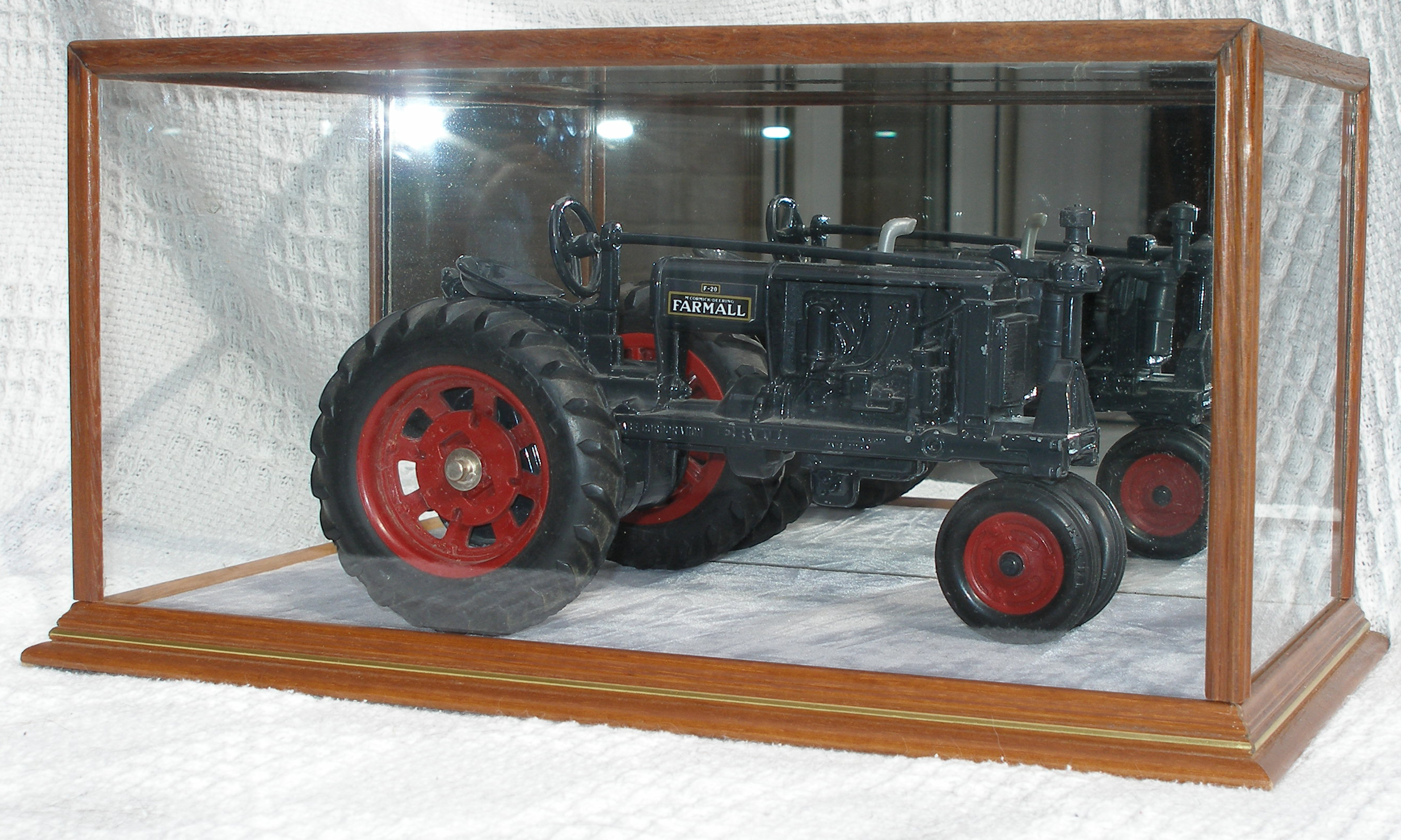 Tractor in 5 side glass case