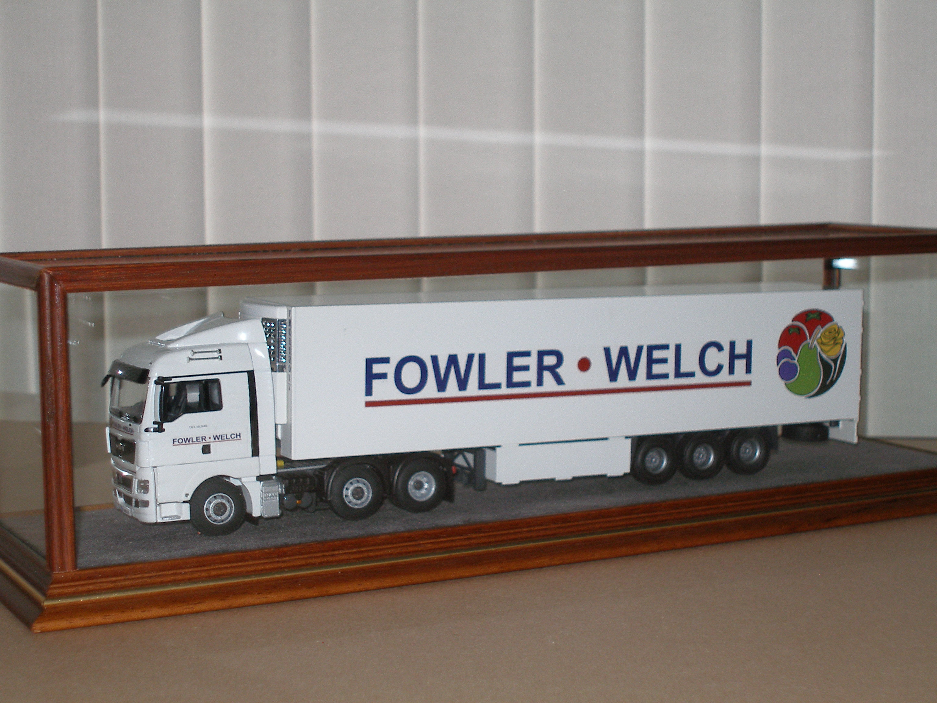 Display case for articulated lorry model