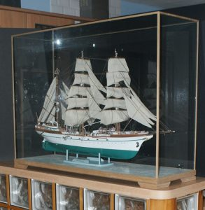 Ship display case with feet